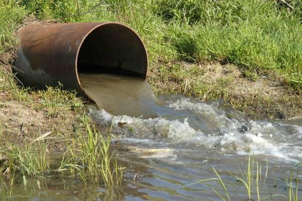 despejando-esgoto-sem-tratamento-direto-no-rio