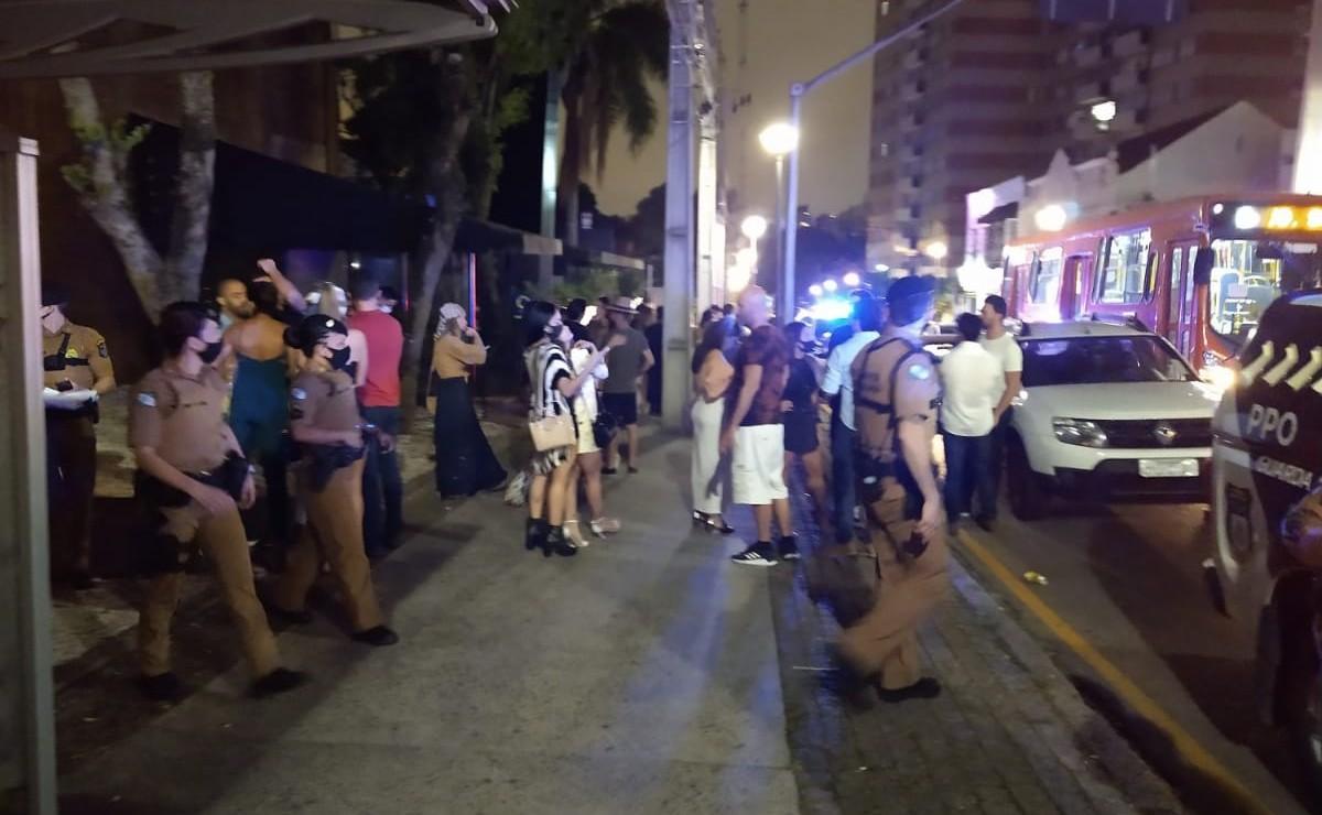 Operação contra covid-19 fecha casa noturna no Batel, em Curitiba