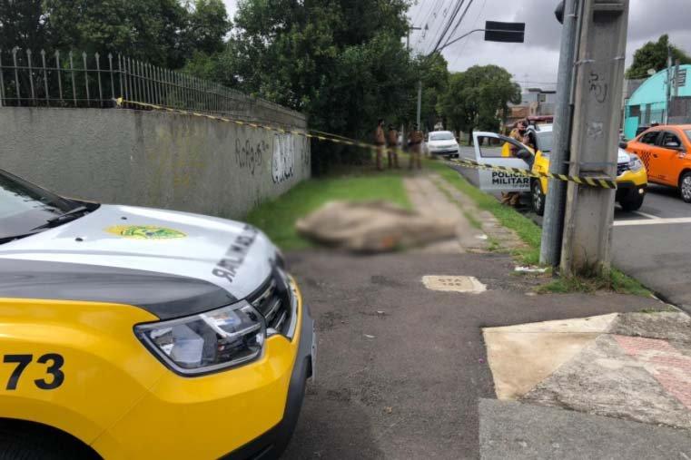 Corpo de homem é encontrado enrolado em colchão em calçada de Curitiba