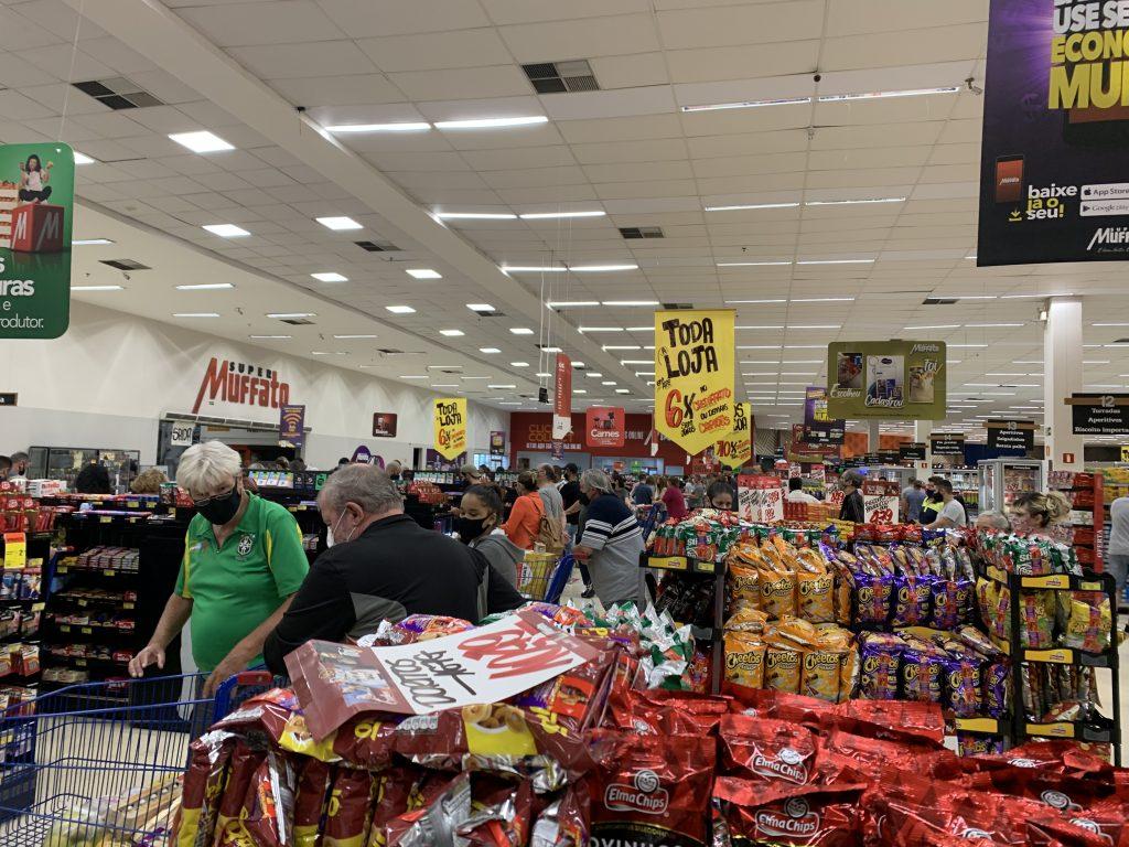 Consumidores lotam supermercados em Curitiba neste sábado