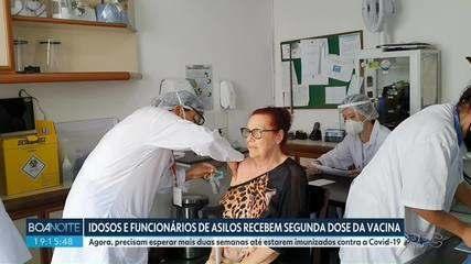 Idosos e funcionários de asilos recebem a segunda dose da vacina em Curitiba