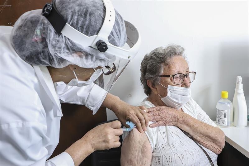 Idosos com 88 anos são vacinados nesta terça em Curitiba