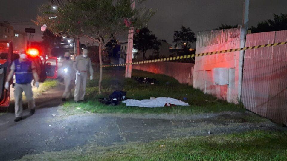 Motociclista perde o controle, bate contra poste e morre em Curitiba