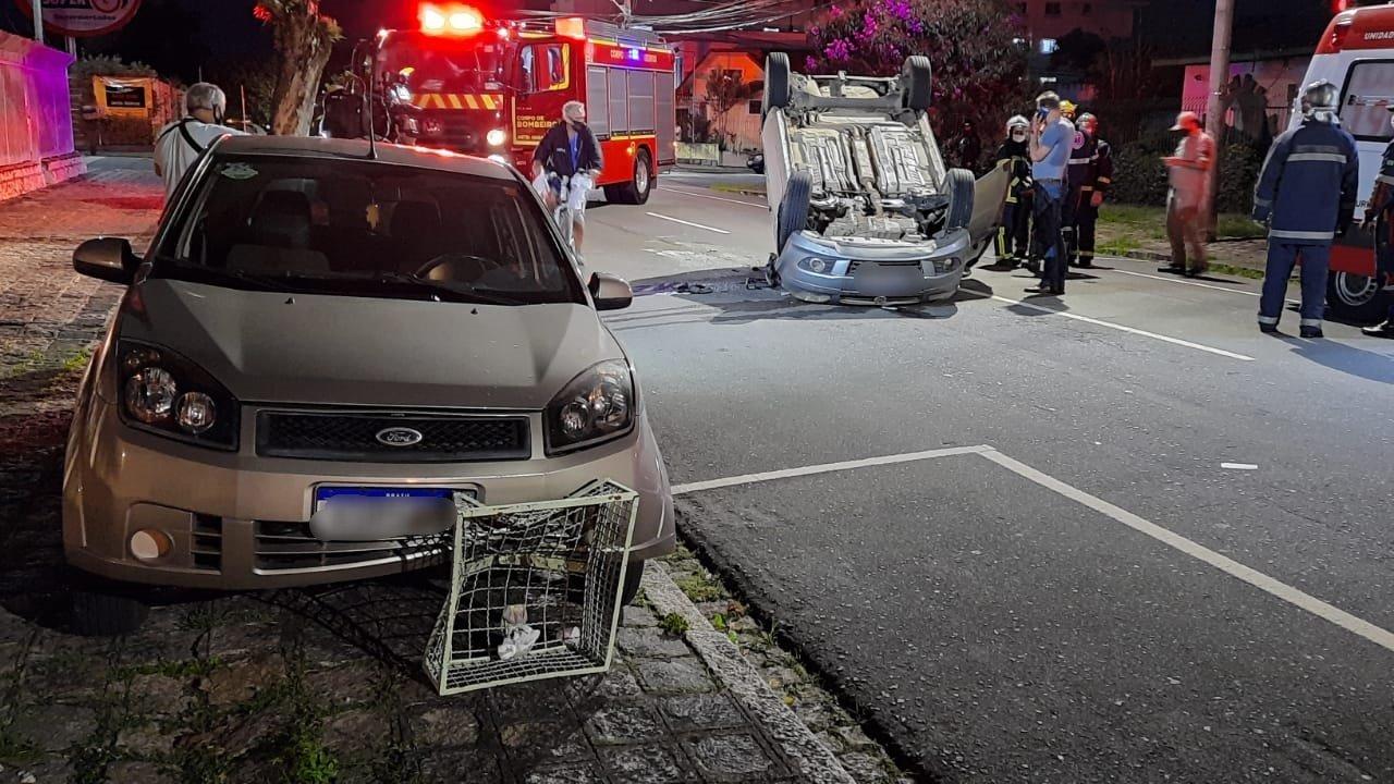 Motorista bate contra carro parado, capota e tem CNH suspensa em Curitiba
