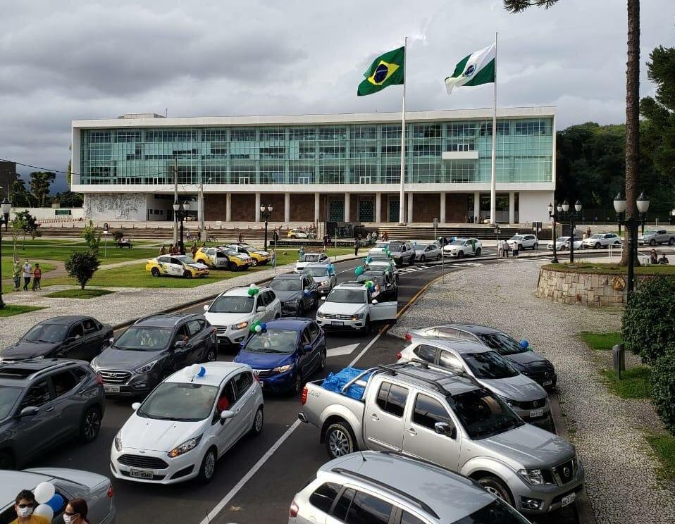Pelo segundo domingo, carreata da educação reúne centenas em Curitiba
