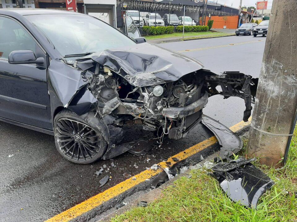 Mulher perde controle de carro e bate contra poste em Curitiba; ela teria dormido ao volante