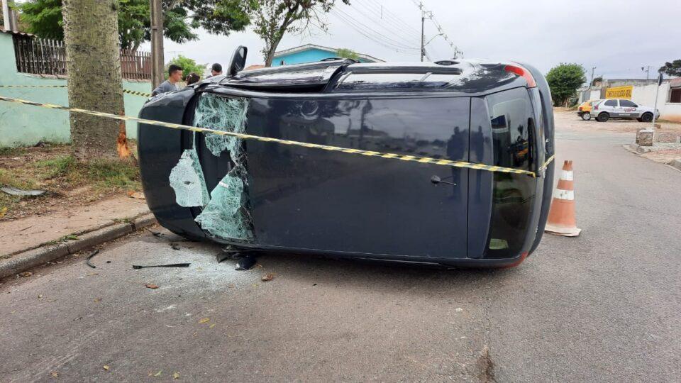 Motorista fica ferido ao capotar carro minutos após sair de casa em Curitiba
