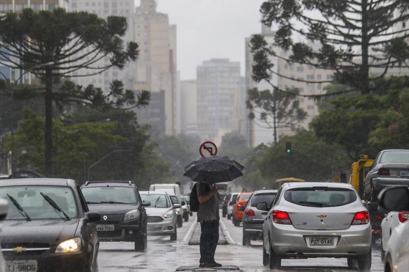 Curitiba tem 47 mm de chuva e ventos de quase 17km/h em um só dia