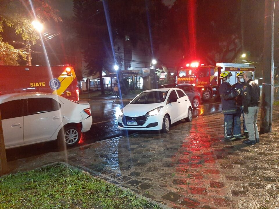 Mercedes bate em carro estacionado e uma pessoa fica ferida em acidente no Água Verde
