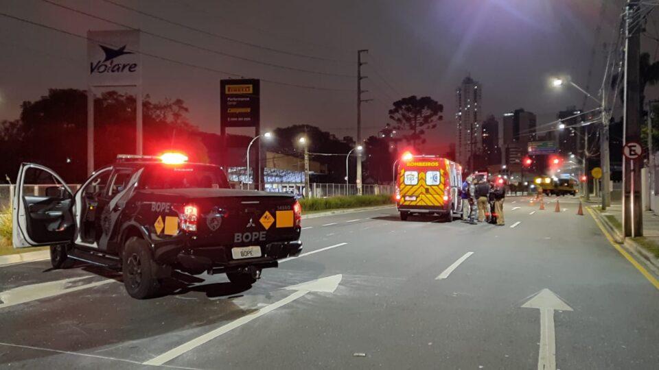 Suspeitos trocam tiros com a polícia após assalto a loja em Curitiba e um acaba baleado; outro conseguiu fugir
