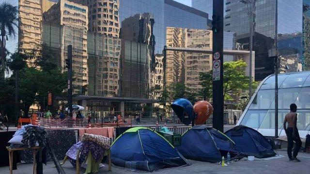 Barracas de camping usadas por pessoas em situação de rua na Avenida Paulista