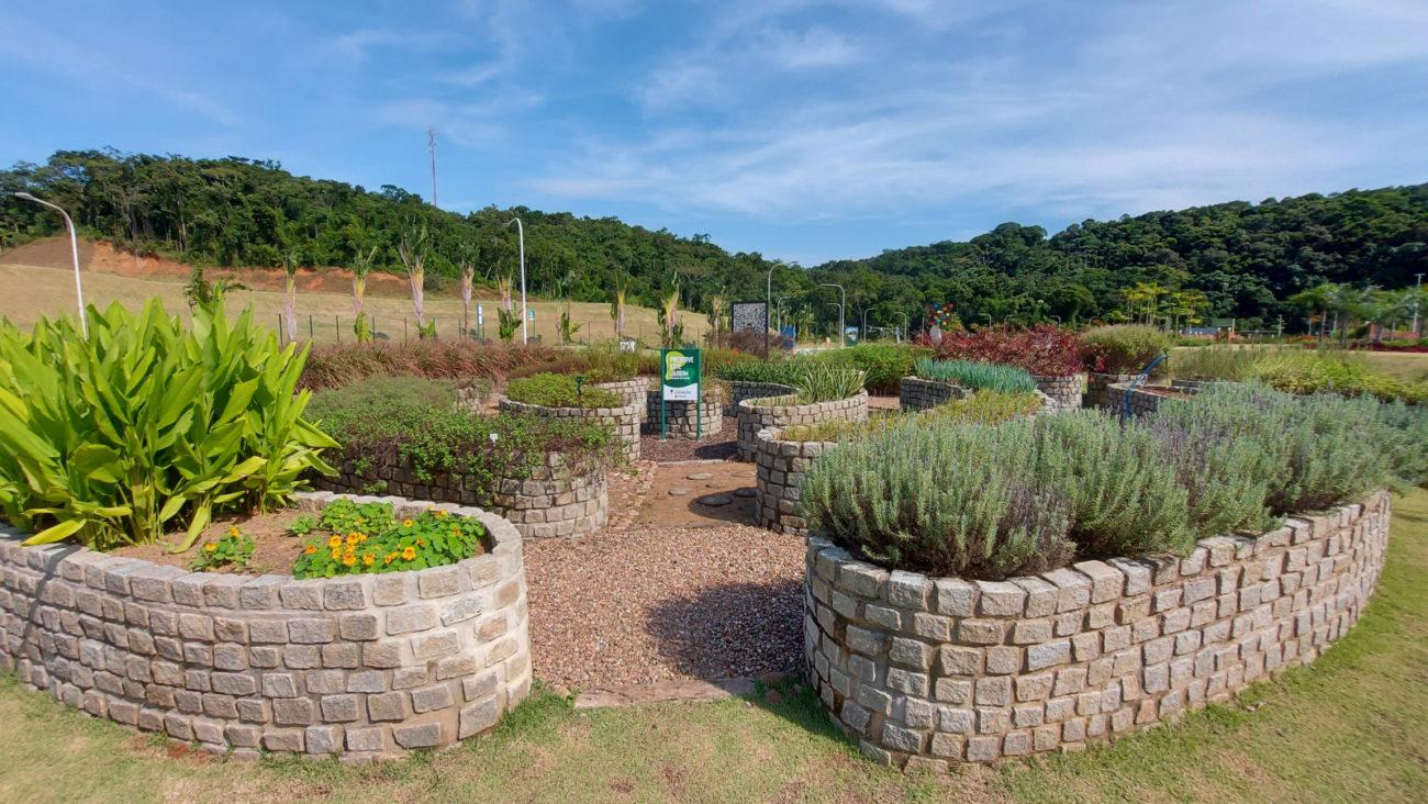 Jardim sensorial, para andar descalço e sentir aroma das ervas - Divulgação/PMJS