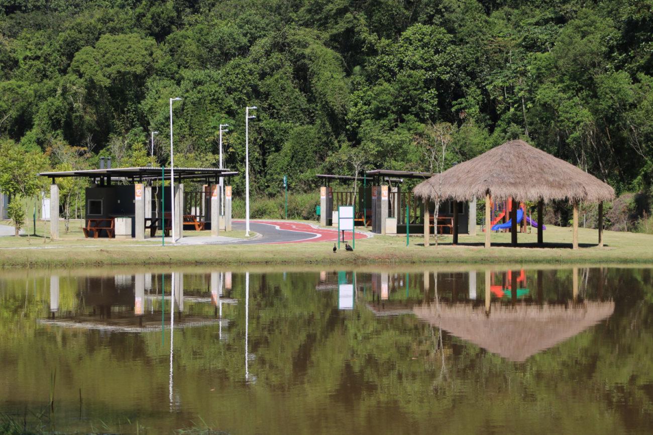 Choupanas e churrasqueiras fazem parte da área de lazer - Divulgação/PMJS