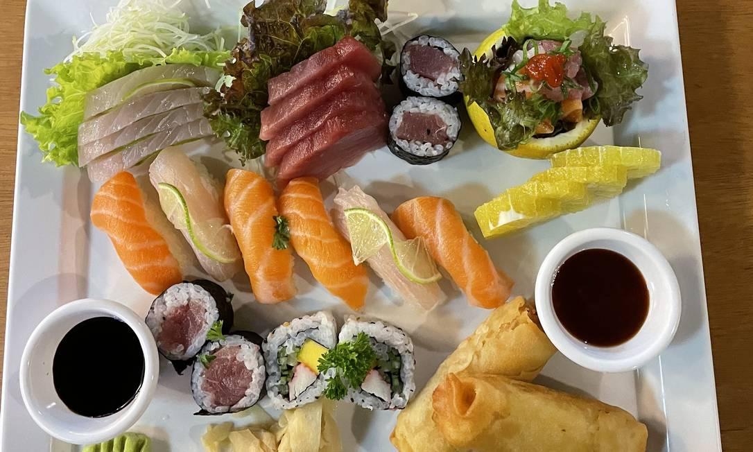 Sushi da Viveiros. Combinado com 20 peças, dois harumakis de frango e uma cerveja 600ml Stella Artois por R$ 69 Foto: Divulgação