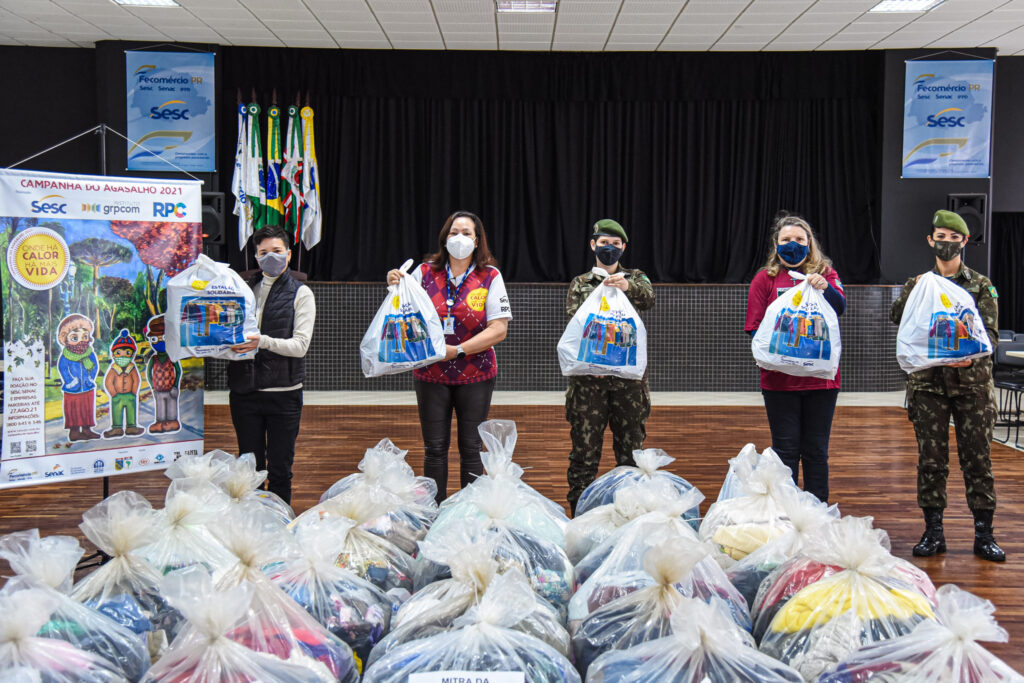 Sesc Água Verde e Exército Brasileiro fazem entrega da Campanha do Agasalho